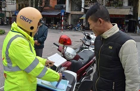 Hà Nội xử phạt 542 trường hợp đi bộ vi phạm luật giao thông - ảnh 1