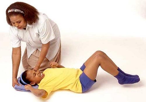 Cách sơ cứu người bị co giật, động kinh - ảnh 1