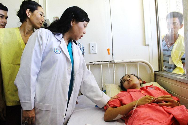 Vụ nữ sinh bị cưa chân: Bộ trưởng sẽ giúp đỡ nếu Hà Vi thi vào ngành y - ảnh 1