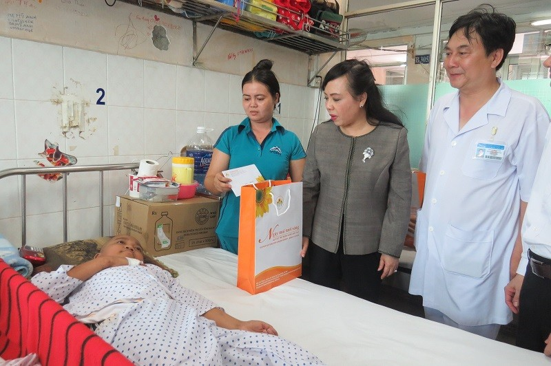 Bộ trưởng Bộ Y tế trao 100 triệu đồng cho bệnh nhi ung thư - ảnh 3