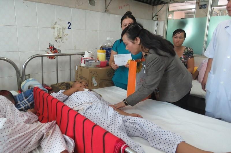 Bộ trưởng Bộ Y tế trao 100 triệu đồng cho bệnh nhi ung thư - ảnh 2