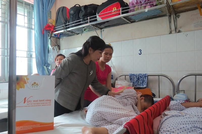 Bộ trưởng Bộ Y tế trao 100 triệu đồng cho bệnh nhi ung thư - ảnh 1