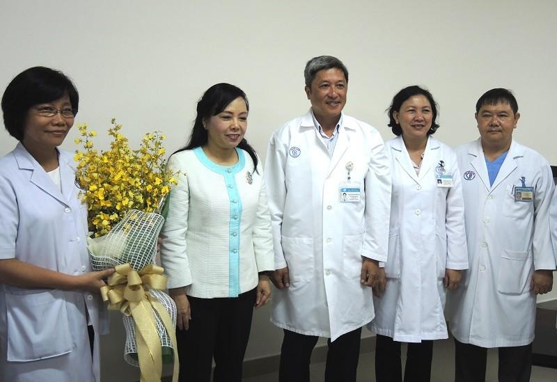 Gia đình người hiến tạng nhận kỷ niệm chương từ Bộ trưởng Bộ Y tế - ảnh 1