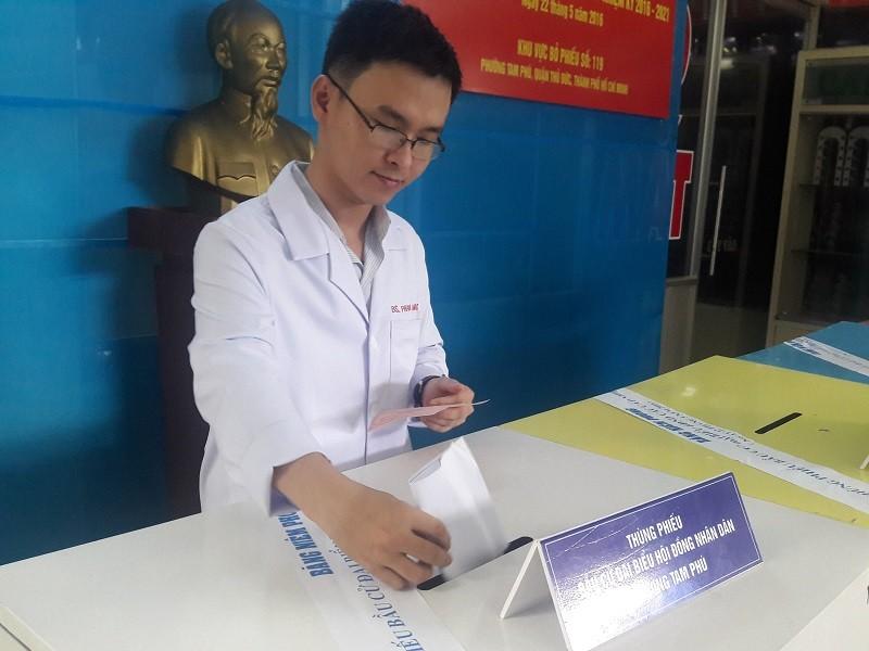 Bác sĩ, điều dưỡng tranh thủ giao ca đi bầu cử - ảnh 3