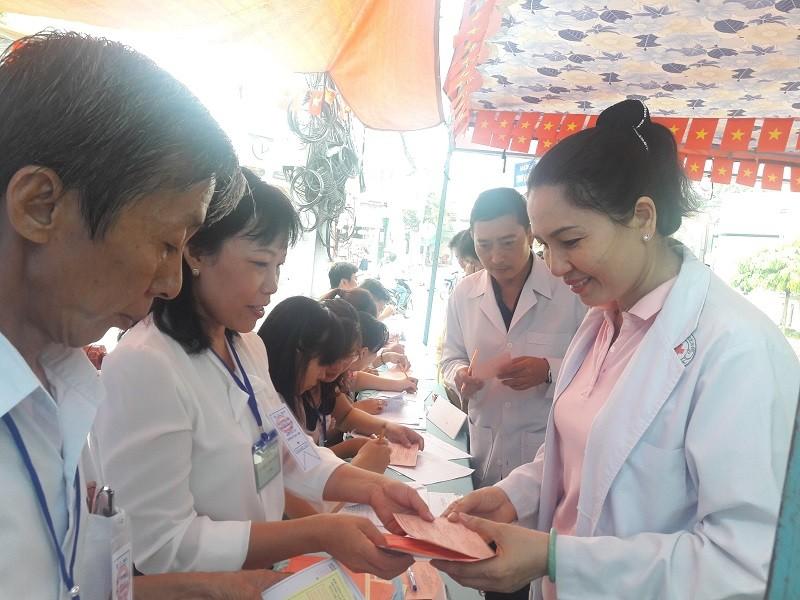 Bác sĩ, điều dưỡng tranh thủ giao ca đi bầu cử - ảnh 4