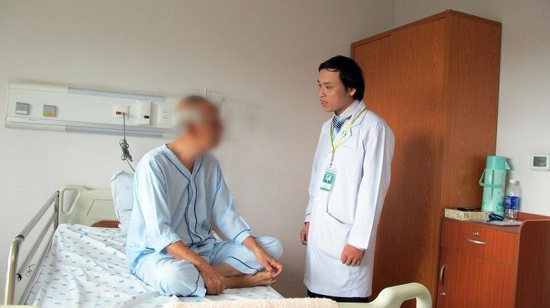 Bác sĩ Niên khám sức khỏe cho người bệnh ẢNH: HP