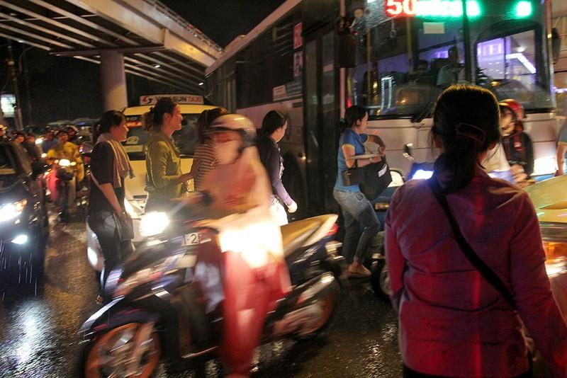 TP.HCM: Mưa lớn kéo dài, kẹt xe khắp nơi không thấy đường về - ảnh 23
