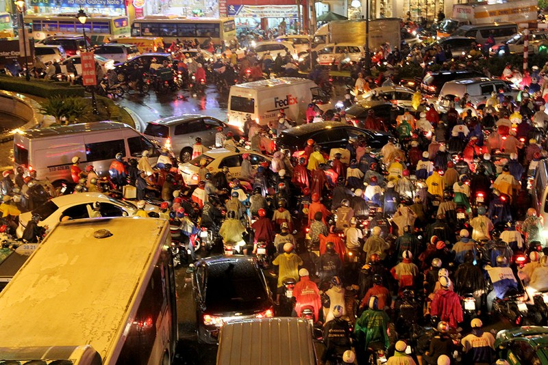 TP.HCM: Mưa lớn kéo dài, kẹt xe khắp nơi không thấy đường về - ảnh 15
