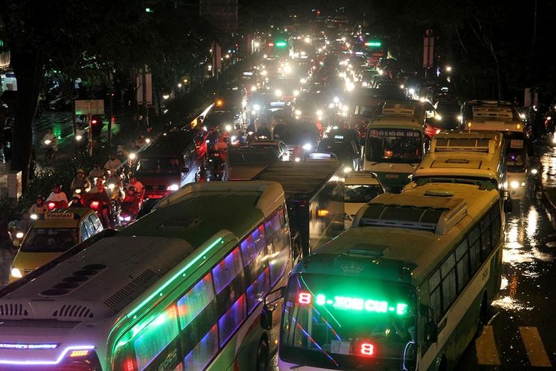 TP.HCM: Mưa lớn kéo dài, kẹt xe khắp nơi không thấy đường về - ảnh 28
