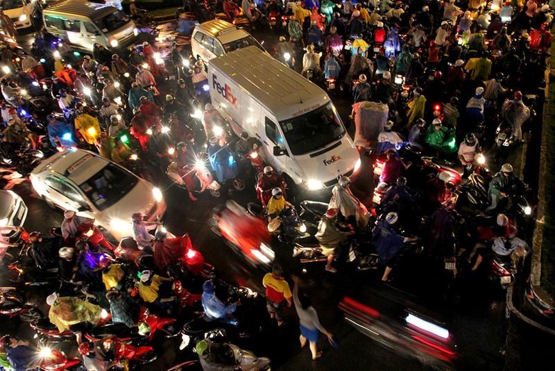 TP.HCM: Mưa lớn kéo dài, kẹt xe khắp nơi không thấy đường về - ảnh 13