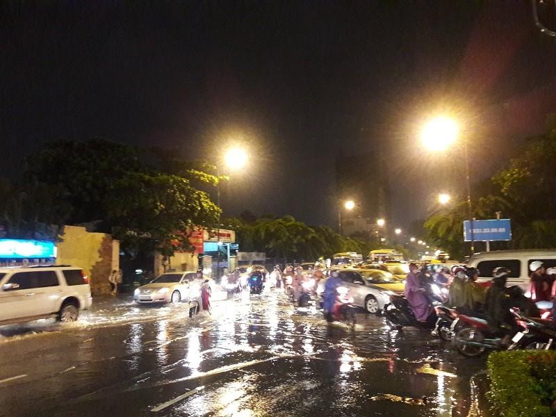 TP.HCM: Mưa lớn kéo dài, kẹt xe khắp nơi không thấy đường về - ảnh 8