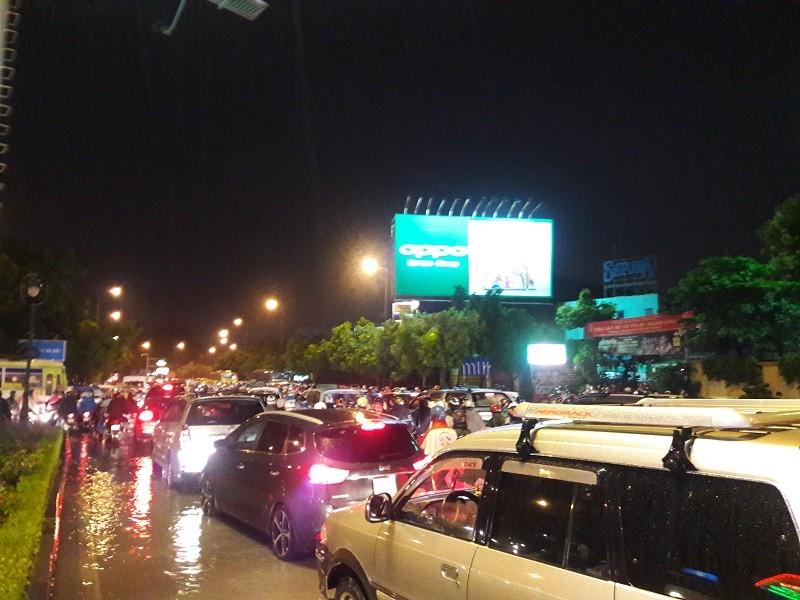 TP.HCM: Mưa lớn kéo dài, kẹt xe khắp nơi không thấy đường về - ảnh 6
