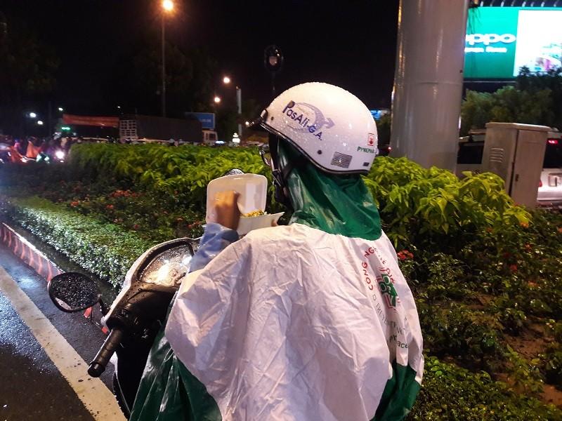 TP.HCM: Mưa lớn kéo dài, kẹt xe khắp nơi không thấy đường về - ảnh 2