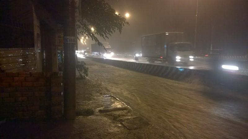 TP.HCM: Mưa lớn kéo dài, kẹt xe khắp nơi không thấy đường về - ảnh 10