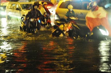 TP.HCM: Mưa lớn kéo dài, kẹt xe khắp nơi không thấy đường về - ảnh 35