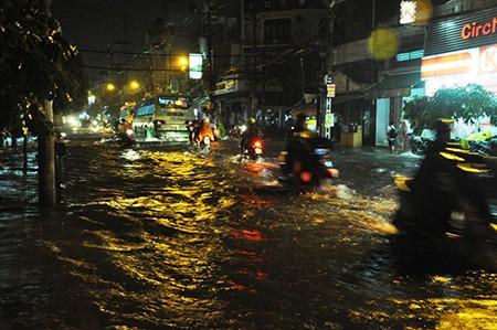 TP.HCM: Mưa lớn kéo dài, kẹt xe khắp nơi không thấy đường về - ảnh 34