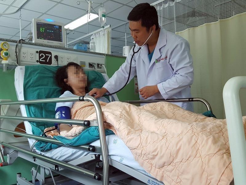 Bệnh nhân được đặt stent chuyển dòng được bác sĩ thăm khám