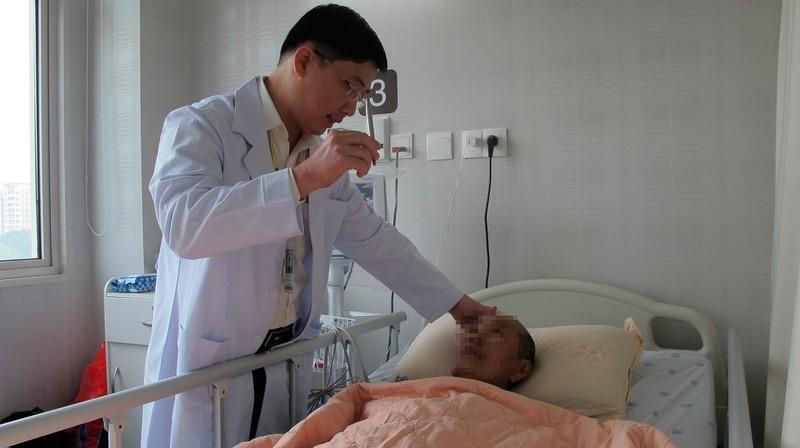 Đau đầu kéo dài, chụp MRI phát hiện u sàn sọ cực hiếm - ảnh 1