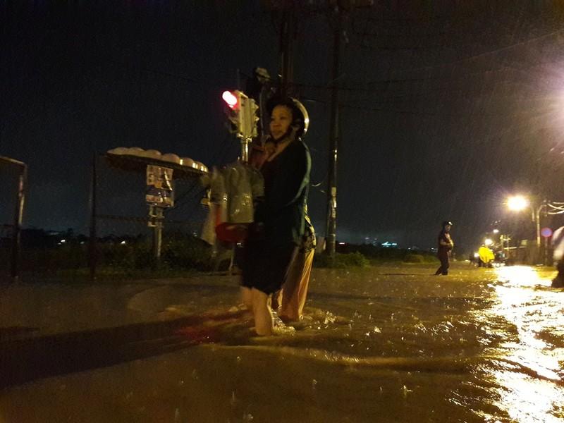 Dầm mưa, nguy cơ mắc bệnh tăng cao - ảnh 1