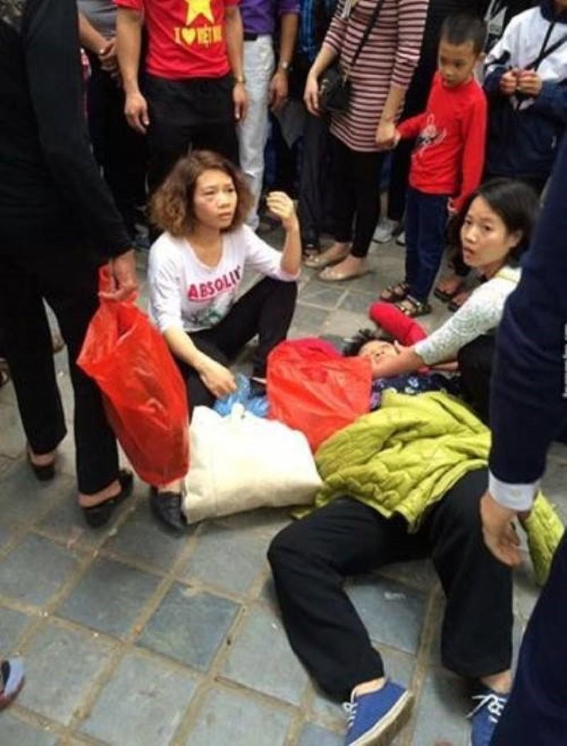 Bà cụ bị đánh ngất do dẫm chân cô gái khi đi Chùa Hương - ảnh 1