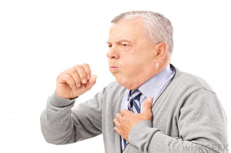 Nhiều người cao tuổi nhập viện vì viêm phổi  - ảnh 1