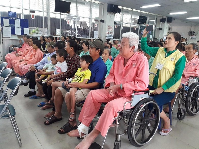 Bệnh nhân xem các ca sĩ biểu diễn