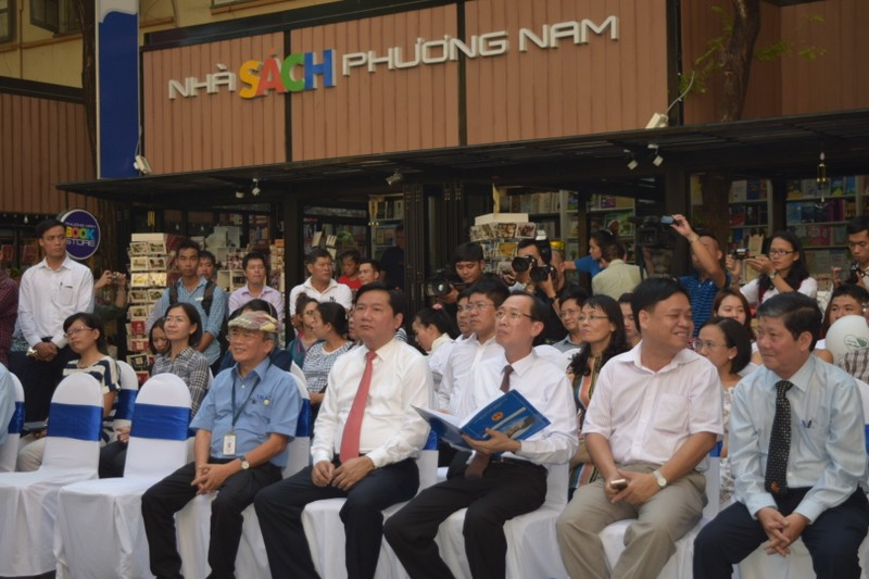 """Bí thư Đinh La Thăng tham gia """"Ngày Sách Việt Nam"""" ở Đường Sách Sài Gòn - ảnh 1"""