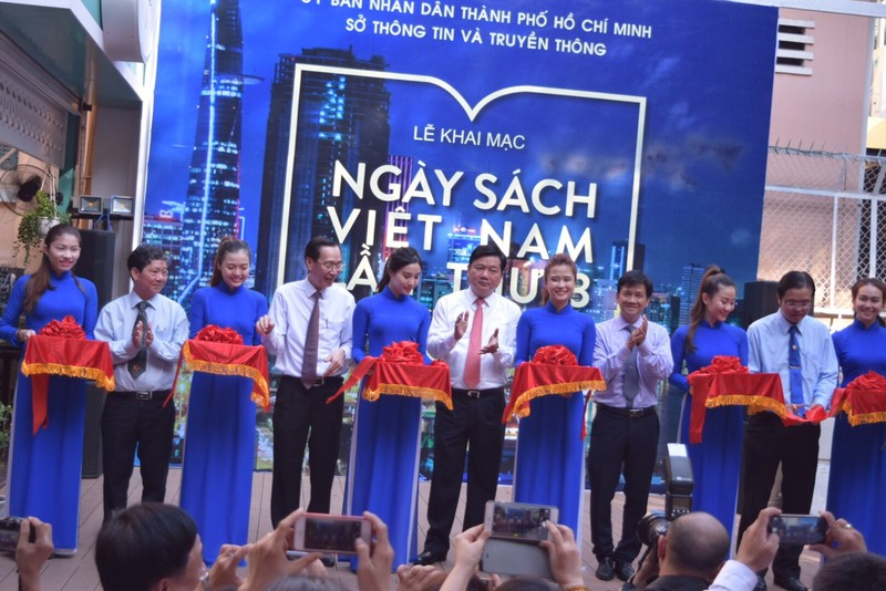 """Bí thư Đinh La Thăng tham gia """"Ngày Sách Việt Nam"""" ở Đường Sách Sài Gòn - ảnh 4"""