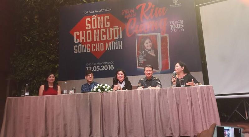Văn nghệ sĩ nổi tiếng tham dự ra mắt hồi ký của Kỳ nữ Kim Cương - ảnh 1
