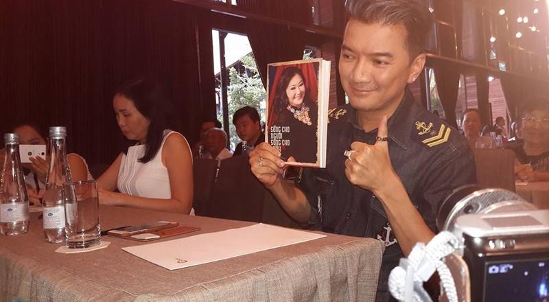 Văn nghệ sĩ nổi tiếng tham dự ra mắt hồi ký của Kỳ nữ Kim Cương - ảnh 6