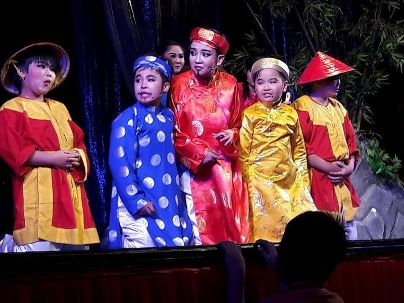 Các bé nam Đồng ấu Bầu Trời Xanh trong Ngao Sò Ốc Hến.