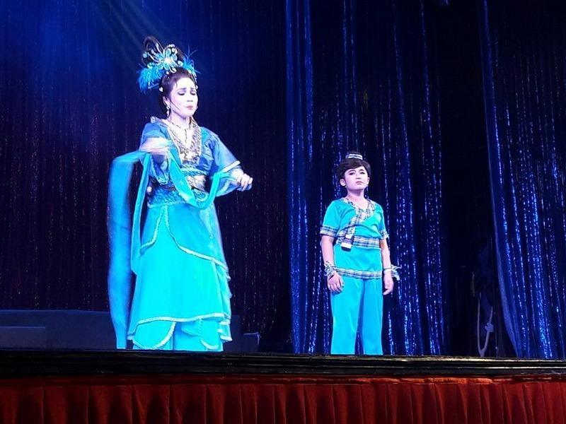 Bé  Gia Nguyên và mẹ Lê Hồng Thắm trong  Búa thần loạn cung tiên.
