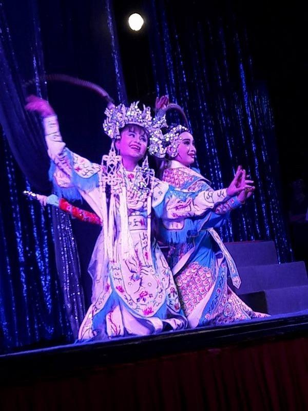 Hai bé Tú Quyên và Hồng Quyên con nghệ sĩ Tú Sương  trong Thần nữ dâng ngũ linh kỳ.