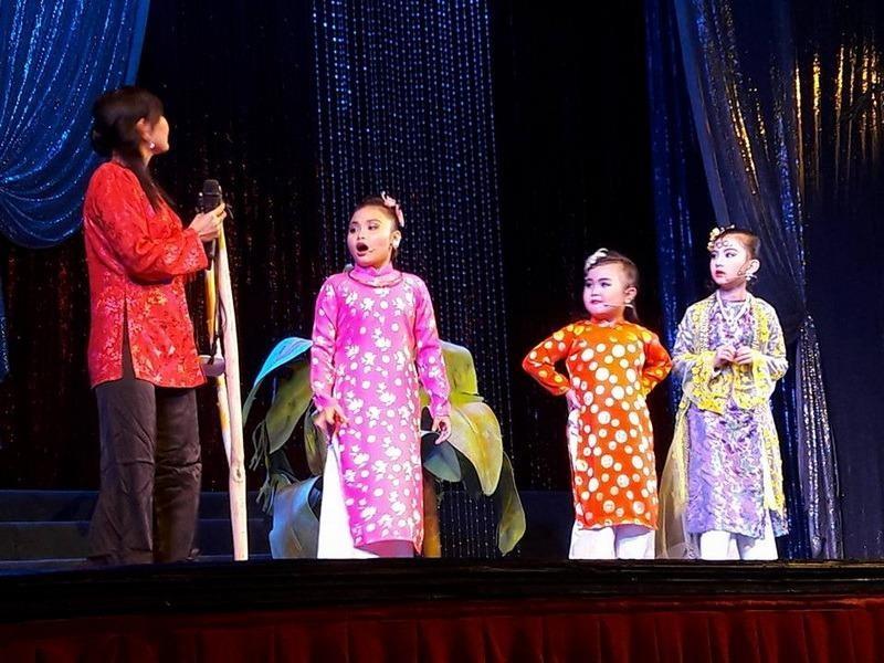 Bé Kim Thư bộc lộ năng khiếu ca diễn thần đồng so với các anh chị lớn hơn rất nhiều. Bé  có nét diễn sắc sảo, tỉnh queo khiến người xem nghĩ  đến nghệ sĩ Ngọc Giàu thu nhỏ.