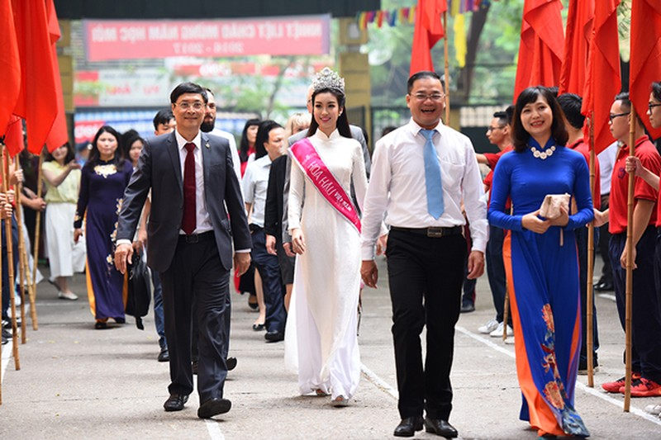 Hoa hậu Đỗ Mỹ Linh về khai giảng ở trường cũ   - ảnh 3