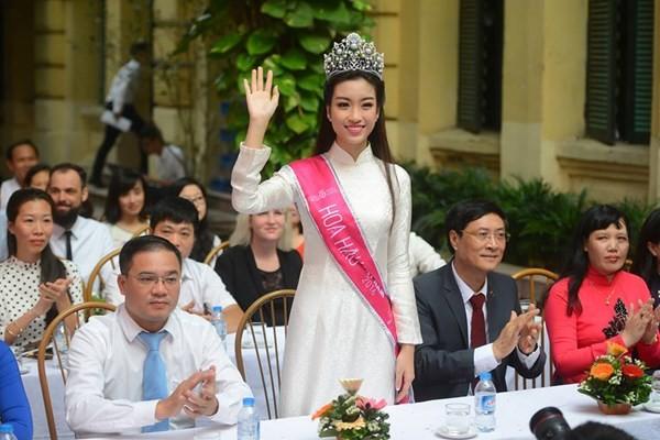 Hoa hậu Đỗ Mỹ Linh về khai giảng ở trường cũ   - ảnh 6