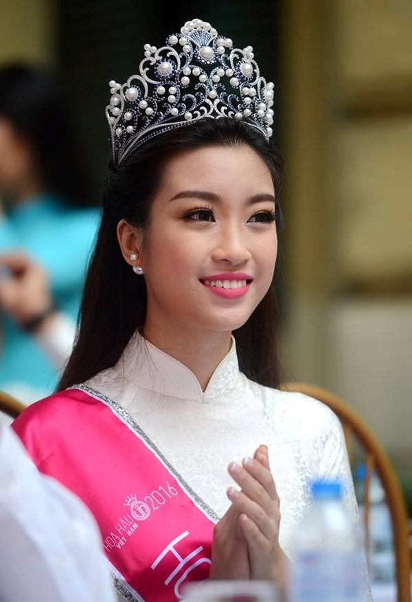 Hoa hậu Đỗ Mỹ Linh về khai giảng ở trường cũ   - ảnh 1