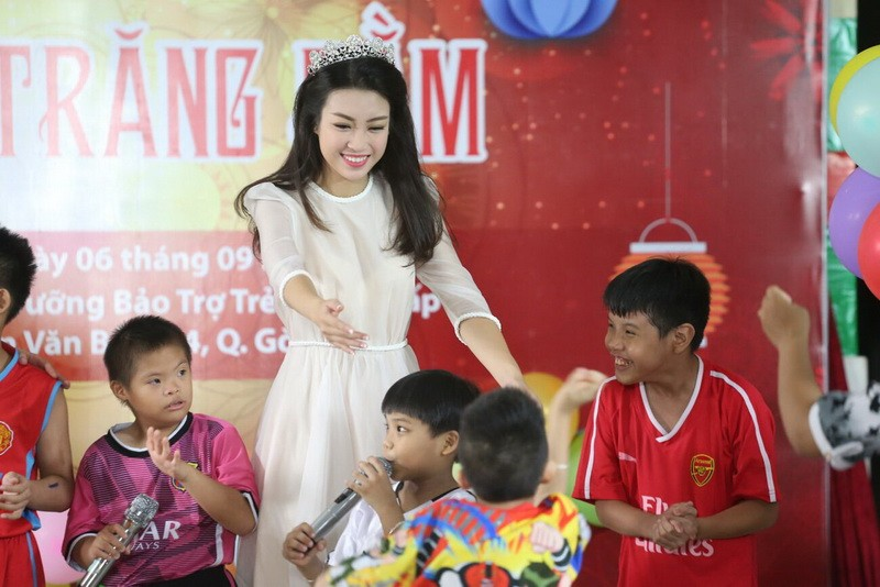 Tân hoa hậu, á hậu đàn hát vui Trung thu với trẻ bất hạnh     - ảnh 21
