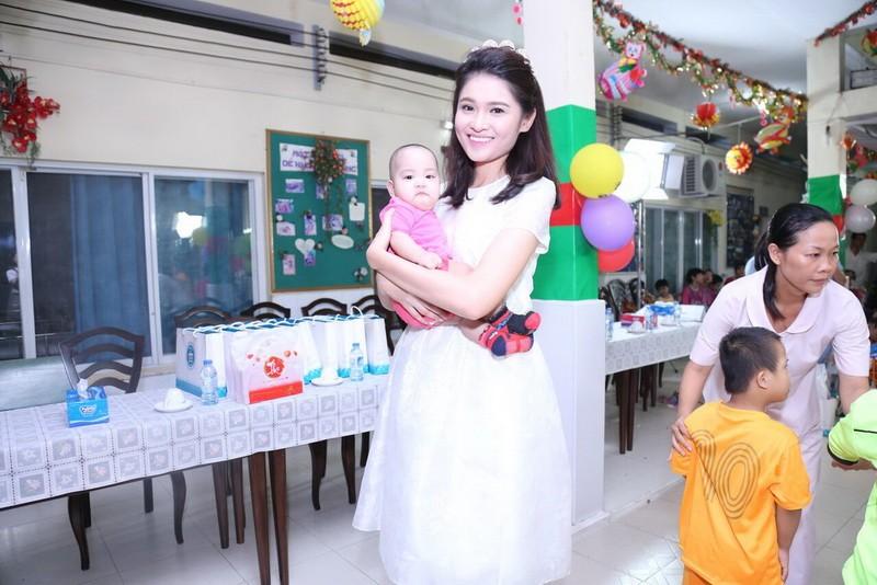 Tân hoa hậu, á hậu đàn hát vui Trung thu với trẻ bất hạnh     - ảnh 12