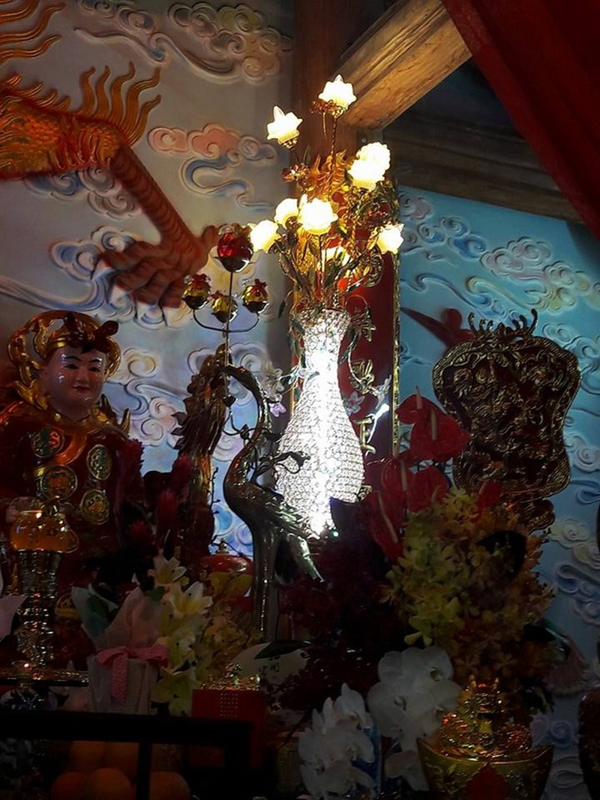 Chi tiết sự rực rỡ, đắt tiền khắp nơi ở nhà thờ Tổ của Hoài Linh  - ảnh 20