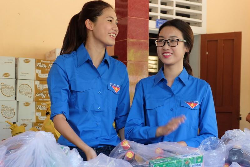Hoa hậu Mỹ Linh, á hậu Thanh Tú hướng về miền Trung - ảnh 2