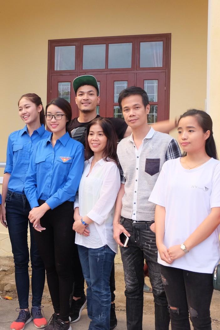 Hoa hậu Mỹ Linh, á hậu Thanh Tú hướng về miền Trung - ảnh 6
