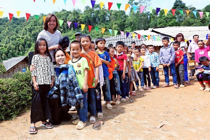 Việt Hương dẫn con gái vượt rừng núi đi từ thiện   - ảnh 3