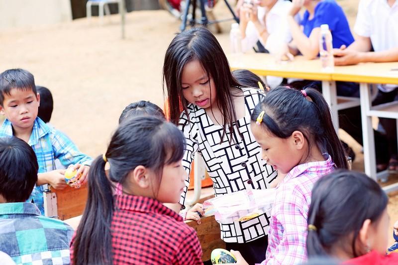 Việt Hương dẫn con gái vượt rừng núi đi từ thiện   - ảnh 5