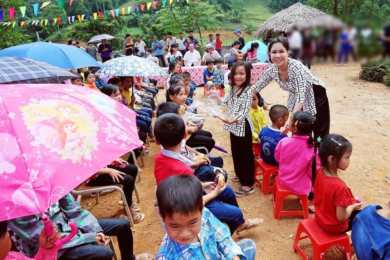 Việt Hương dẫn con gái vượt rừng núi đi từ thiện   - ảnh 6
