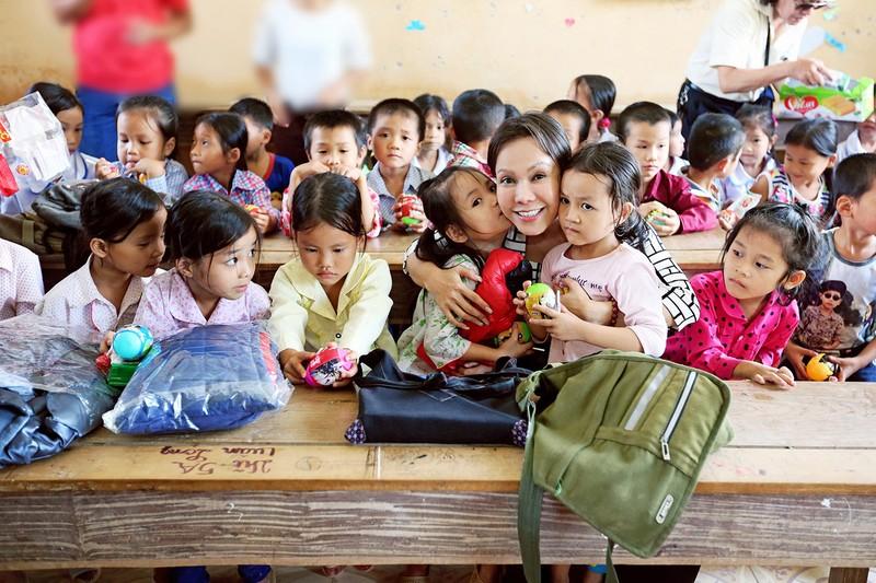 Việt Hương dẫn con gái vượt rừng núi đi từ thiện   - ảnh 11