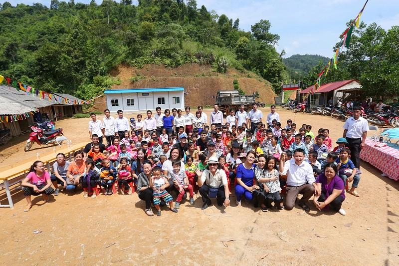 Việt Hương dẫn con gái vượt rừng núi đi từ thiện   - ảnh 9