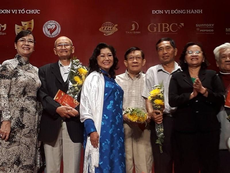 Kỳ nữ Kim Cương trao quà tết cho nghệ sĩ - ảnh 1