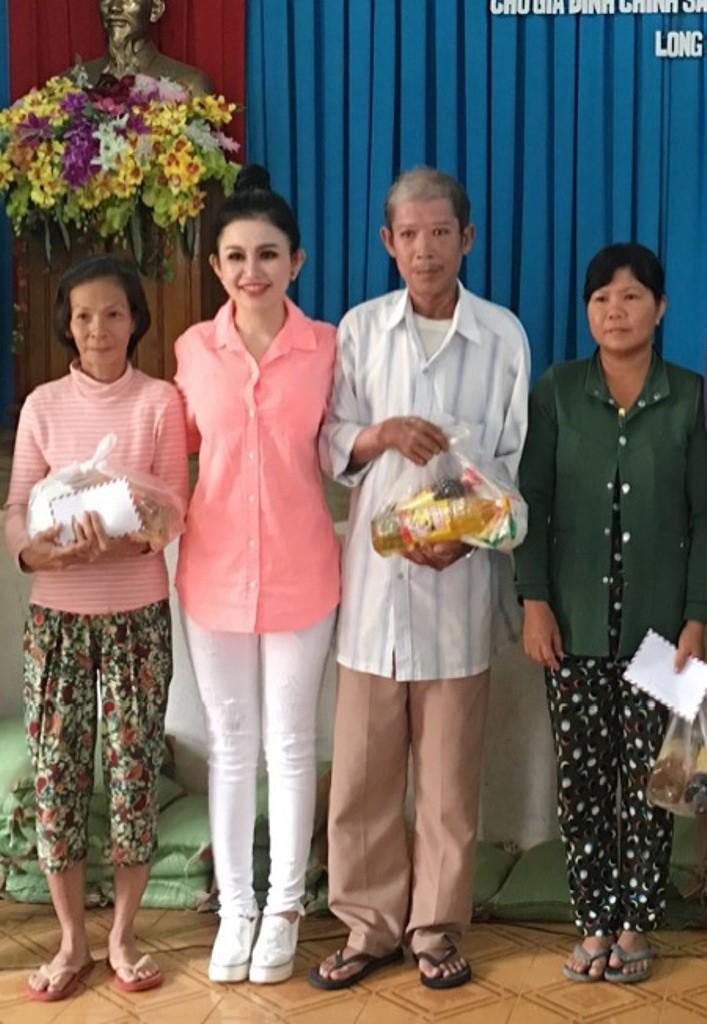 Hoa hậu Janny Thủy Trần về quê tặng quà Tết người nghèo - ảnh 2