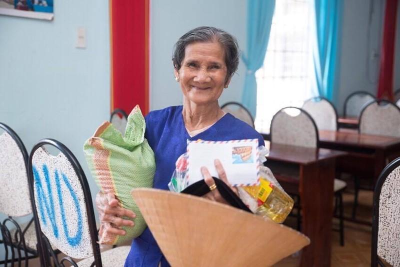 Hoa hậu Janny Thủy Trần về quê tặng quà Tết người nghèo - ảnh 3